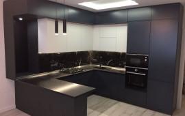 Кухня в современном стиле с техникой и многоуровневым освещением
