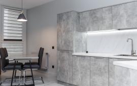 Кухня с острым углом в цвете бетон