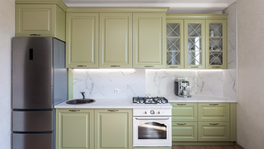 Кухня с оливковыми фасадами с витринами на заказ