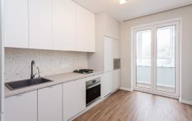 Белая кухня с двумя пеналами