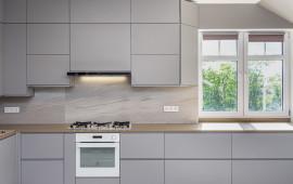 Кухня по ул. Розы Люксембург со встроенной техникой и бытовыми приборами для здорового образа жизни
