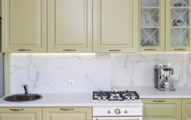 Рамочные фасады, витрины и корона на кухне