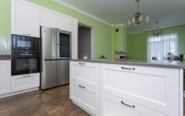 Фото кухни с островом и большим холодильником