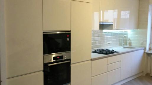 Глянцевая бежевая кухня в современном стиле