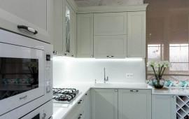 Оливковый фартук, текстиль + белые фасады, столешница.