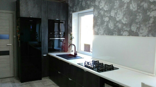 мойка под окном в кухне
